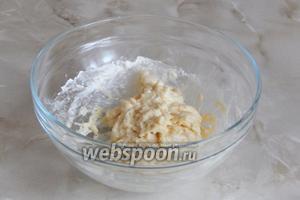 Ложкой или вилкой замешиваем тесто — оно получается липким и кащицеобразным. Отставим его в сторонку и приступаем к подготовке второй составляющей для клёцок.