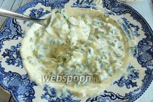 Для кунжутного соуса смешаем Маскарпоне и молоко. Можно молоко заменить на бульон.