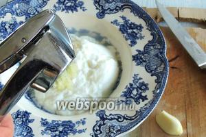 Приправим солью и перцем. Добавим нарезанный на полосочки базилик.