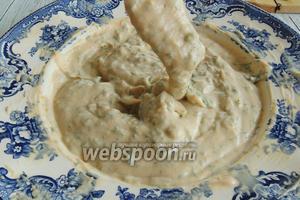 Для соуса с зеленью и корнишонами берём жирный творог, консистенцией, как масса.