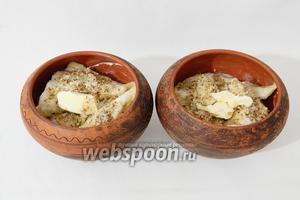 Сверху вареники посыпаем миндальной крошкой или другими орешками и выкладываем по кусочку сливочного масла.