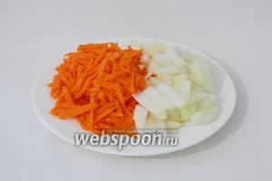 Измельчаем лук, морковь натираем на тёрке.