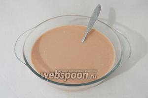 В отдельной тарелке перемешиваем до однородности сметану, воду, томатную пасту, добавляем соль и перец по вкусу.