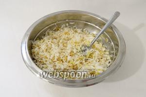 Перемешиваем рис с обжаренным луком.