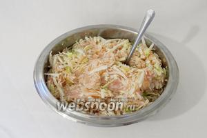 Добавляем её в рис с фаршем и перемешиваем. Солим и перчим по вкусу.