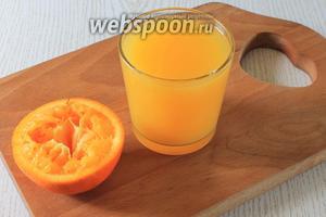 Выжать из апельсинов сок, процедить через несколько слоёв марли. Нам понадобится 1 литр.