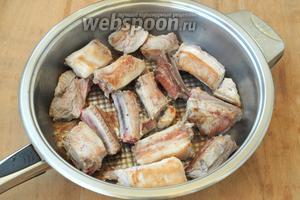 Рёбрышки нарезать и немного подрумянить на сковороде. Если в сковороде нет антипригарного покрытия, то следует влить немного подсолнечного масла.