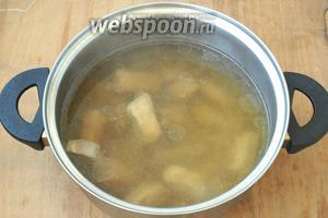 Залить рёбрышки 2 литрами воды и поставить варить на медленном огне. Добавить в воду 1 ст. л. соли. Варить около часа.