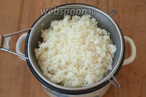 Затем капусту откинуть на сито и отжать. Эти манипуляции нужны для того, чтобы из капусты ушёл весь лишний запах.