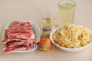 Для приготовления блюда нужно взять свиные рёбрышки, квашеную капусту, мясной или куриный бульон, луковицу, перец чёрный молотый и подсолнечное рафинированное масло.