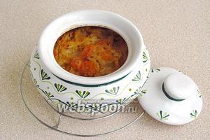 Закрыть горшочки крышками и поставить в духовку, разогретую до температуры 160°С. Тушить в течение 40 минут.