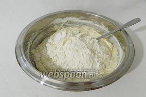 В жидкое тесто небольшими порциями подсыпаем муку.