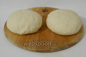 Такое тесто делим на 2-4 равные части, лучше с помощью весов.