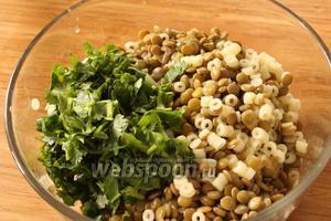 Переложить все ингредиенты салата в миску. Если салат подаётся не сразу, то его можно на этой стадии плотно накрыть пищевой плёнкой и хранить в холодильнике.