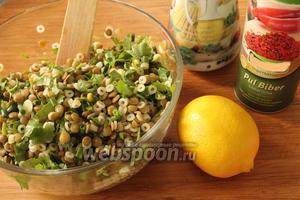При подаче салат посолить, добавить любимые специи по вкусу ( у меня красный молотый перец ), полить лимонным соком, оливковым маслом и аккуратно перемешать.