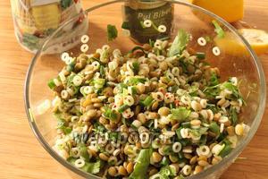 Сытный и полезный салат из чечевицы и макарон готов.