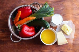 Для приготовления этого рецепта вам потребуется: мелкая итальянская кукурузная крупа (полента), молоко, пармезан, сливочное масло, морковь, лук порей, красный болгарский перец и цукини.