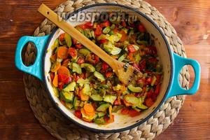 Затем добавьте в сковороду красный перец и готовьте ещё 10 минут.