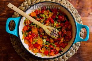 Добавьте цукини и тушите овощи ещё 7 минут. Посолите и поперчите по вкусу, перемешайте и снимите сковороду с огня. Подавайте поленту с овощами и тёртым пармезаном! Приятного аппетита!