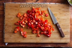 Красный перец порежьте на кусочки в 1 см.