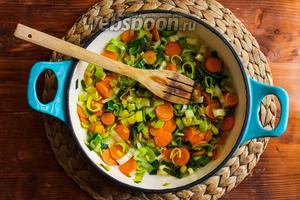Пока готовится полента пассеруйте на среднем огне лук порей и морковь на оливковом масле до мягкости.