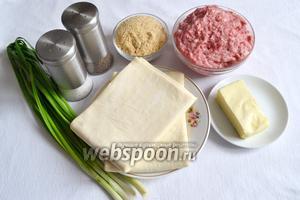 Для приготовления нам понадобится: лук зелёный, фарш говяжий, тесто слоёное, масло сливочное, панировочные сухари, соль и перец.