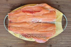 Из рыбы ножом для филе удалить все кости и позвоночник.