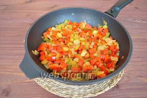 Добавить нарезанный сельдерей и перец. Солить и перчить по вкусу, жарить на среднем огне 4 минуты. Начинка готова. Оставить её остывать.