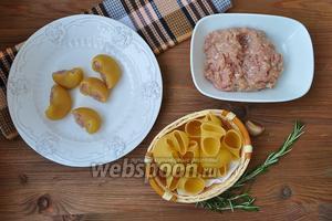 Фарш смешать с яйцом, добавить соль и перец, перемешать и заполнить им пасту. Заполнять надо плотно, так как паста в процессе приготовления увеличится в размере.
