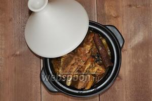 Когда мясо будет готово, вы увидите, что косточки отделяются от него без труда. Необходимо косточки удалить, а вяленый лимон убрать, он отдал свой аромат и более не нужен.