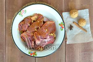 Мясо натереть этой смесью и оставить от 30 минут до 3 часов мариноваться.