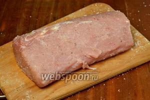 Мякоть свинины моем, удаляем лишний жир,  натираем солью и перцем.