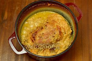 Подается «молочный поросенок» горячим, мясо нарезается на столе ломтями и поливается соусом.