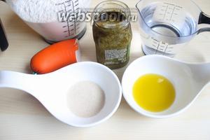 Итак возьмём 300 мл тёплой воды, сухие дрожжи, масло оливковое, соль, сахар и муку. Готовый соус песто и вареную колбасу.