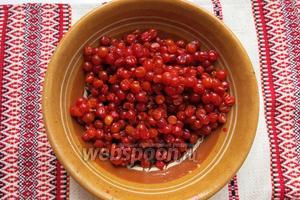 Готовим калину — ягоды освобождаем от веток, перебираем.