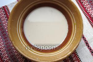 Готовим закваску. Дрожжи разводим в четверти стакана тёплой воды, добавляем ложку сахара, щепотку соли. Даём настояться час. Вместо дрожжей можно использовать солод или домашнюю закваску.