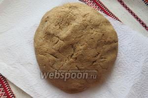 Замешиваемым тесто, добавляем муку, кашицу калины, муки может пойти меньше, вводим не всю, тесто получается пластичное. Даём выстояться около часа.