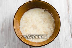 Нагреть молоко 100 мл, добавить дрожжи, сахар, муку 3 ст. л. Перемешать. Поставить в тепло на 15-20 минут.