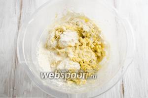 Добавляя оставшуюся сухую смесь, чередовать с добавлением оставшегося 150 мл тёплого молока. Замесить мягкое тесто.