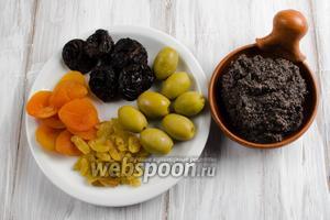 Тем временем приготовить начинку: оливки, курагу, чернослив, изюм, половину порции  маковой смеси  согласно рецепту.