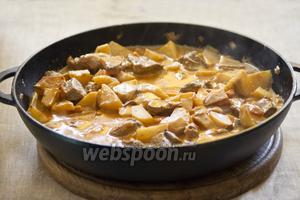 Тушить на тихом огне до полной готовности мяса и картофеля.