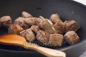 Лук и морковь почистить, измельчить, обжарить на масле, что осталось от мяса. Переложить овощи в жаровню к мясу.