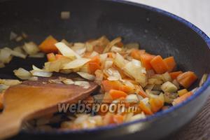 Также поступить и с картофелем. При необходимости добавлять при обжаривании немного масла.