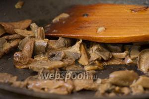Подготовленные грибы немного обжарить.