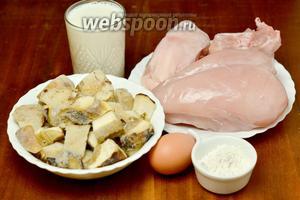 Для приготовления супа нам понадобится куриная грудка — для фарша, куриный набор — для бульона, грибы (у меня замороженные белые), молоко, яйцо, мука, соль, перец.