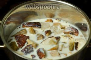 Белые грибы (можно заменить другими, но с белыми вкуснее всего) варим в молоке до готовности.
