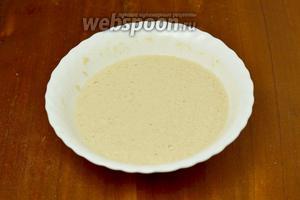 Делаем загуститель: взбиваем яйцо с небольшим количеством молока, оставшегося от отваривания грибов, добавляем муку и перемешиваем до гладкого состояния. Если хотите, чтобы суп был пожиже, можно добавить всё оставшееся молоко.