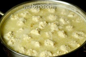 Вводим загуститель в суп, доводим до кипения и выключаем.