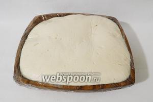 Миску накрываем пищевой плёнкой и оставляем в тепле на 1,5 часа. За это время тесто должно увеличиться в 3 раза.