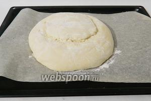 Острым лезвием на 3/4 от всей высоты теста делаем округлую надсеччку практически вдоль всего хлеба. Глубина надсечки 1,5 см.